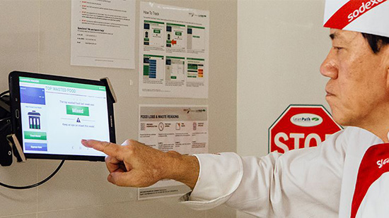 Chef Sodexo pointant une tablette WasteWatch