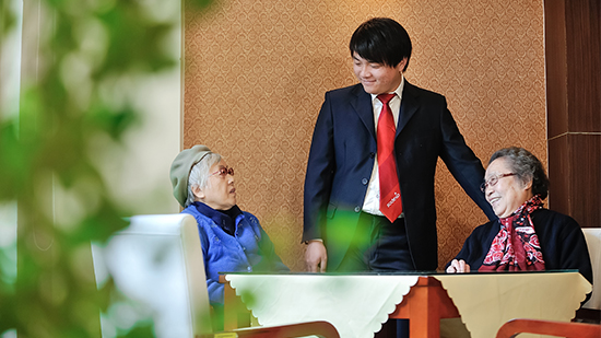 Sodexo employee chatting with elderly